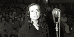 Tirane Korrik 1946.Gjyqi i Sami Qeribashit.Muzine Kokalari perpara trupit gjykues.Foto:Atsh